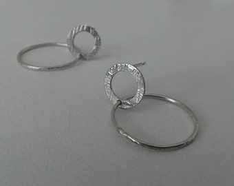 Earrings hammered with a ring in silver.