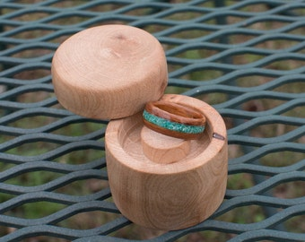 Walnut wooden ring with Malachite inlay