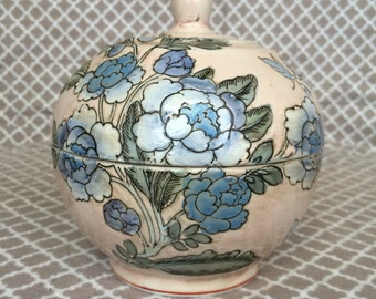 Vintage Dynasty vase by heygill handpainted in macau
