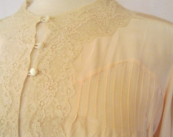 1940s Pale peach rayon bedjacket with lace trim pintucks ruching