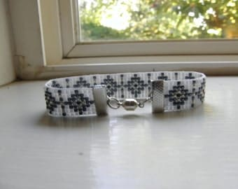 Very nice steel blue,shimmer & white seed bead bracelet