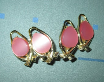 Vintage MOD Pink Thermoset Lucite Teardrop Clip Earrings
