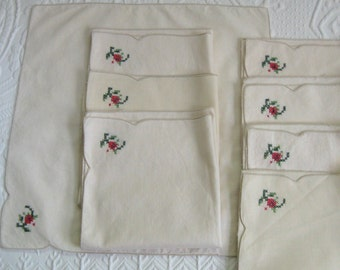 8 napkins. embroidered napkins . lot of 8 . 8 cross stitch napkins . folk napkins . cream napkins