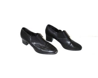 pointy black chelsea booties 90s vintage slip on chunk heel black leather loafers size 7