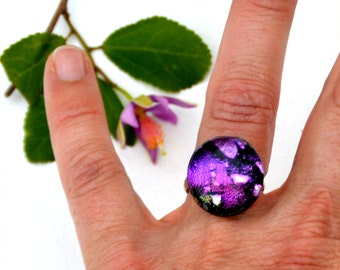 025 Fused dichroic glass ring, adjustable, round, purple and pink