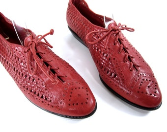 vintage 1980s CHERRY red leather WOVEN lace up oxford flats womens 7 1/2 N broken in BOHEMIAN new wave boho festival style weave resort wear
