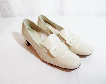 SALE Vintage Winter White Bone Shoes Leather Pumps  Low Heel 1960s. 7.5 7 1/2  Buckles (was 35)