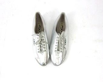Space Age Shoes Flats Vintage 1980s LA GEAR metallic lace up tennis shoes Space Age Tennies Runners women's walking shoes size 9 10