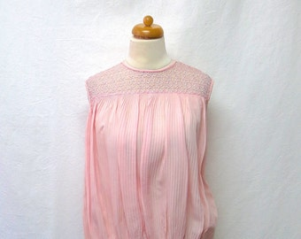 1950s Vintage Lace Neckline Blouse / Pink Pleated Sleeveless Top
