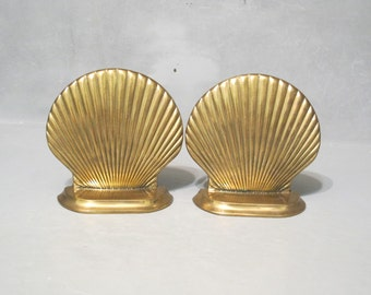 Vintage Brass Seashell Bookends / Nautical Decor Scalloped Shell Book End, Clam Shell Beach House Decor Golden Metal Sea Shell Shelf Display