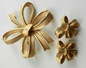 50s crown TRIFARI Multi Ribbon Bow/Rosette Brooch Pin and earrings set - quality Vintage Designer Jewelry -pristine Trifanium gold-art.372/4