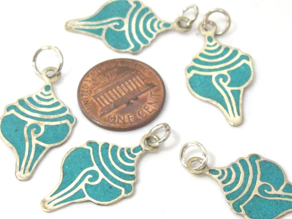 1 charm - Small size turquoise inlaid Tibetan conch shell shape pendant from Nepal - PM495A