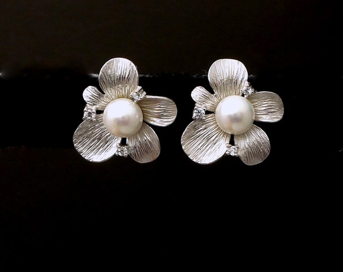 Bridal flower earrings wedding jewelry round white or cream shell pearl matte Silver flower cubciz zirconia stud post earrings beach hawaii
