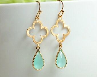 Gold Clover Earrings. mint teardrop earrings. gold earrings. matte gold clover with mint glass dangle earrings. bridal wedding jewelry
