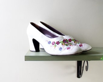 Embroidered Shoes 9 • White Leather Heels • 60s Heels Made in Greece • Embroidered Leather Chunky Heels • White Heels • Low Heels  | SH254