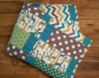 READY To SHiP! Modern Baby Gender Neutral Quilt. Giraffe Love. Boy Bedding. Girl Minky Throw. Baby Nursery Bedding.