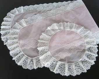 1950s Pink Nylon Dresser Set Runner Doily White Pleated Lace Trim 861a