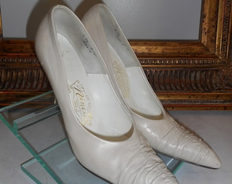 Vintage 1960's Ninetta Bone Colored Leather Pump with Ruched Toe - Size 6 1/2 B