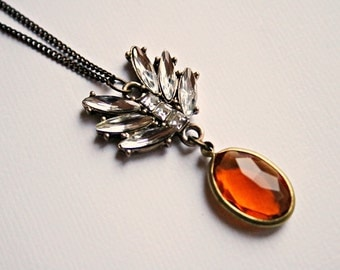 Long necklace with a rhinestone and acrylic stone pendant, in ocher and silver