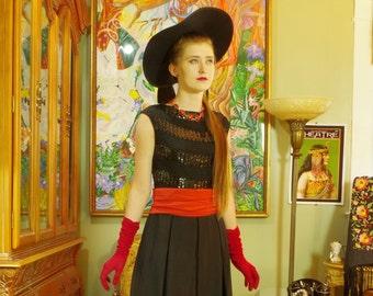 Atemberaubende 30er Jahre schwarzem Crêpe Partykleid. Art Deco. Häkeln & Pailletten Mieder. Rote geraffte Einstecklatten-Bun. Schickes Midi LBD oder Maxi Kleid. Myrna Loy.