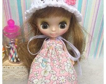 "Petite Blythe / Little Dal Outfit : ""Vintage Blossoms Set"" (Dress and Crochet hat)"