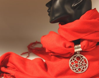 Scarf Pendant, Disc with Bubbles, Silver Plated Zamak.