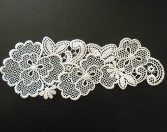 Apply white lace of 17 x 6.5 cm