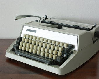 Working Vintage Typewriter - Adler / Triumph Gabriele 25 - Vintage Wedding Idea - Retro decor - Retro wedding