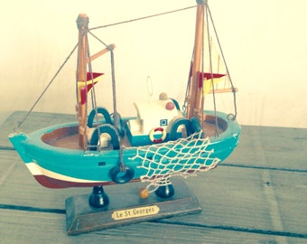 Wood boat decor for boy's room