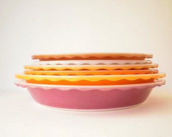 Agee Crown Vintage Pyrex Pie Dish or Plate Made in Australia, 1960s Pyrex dish in Caramel Colour with Scolloped edge.