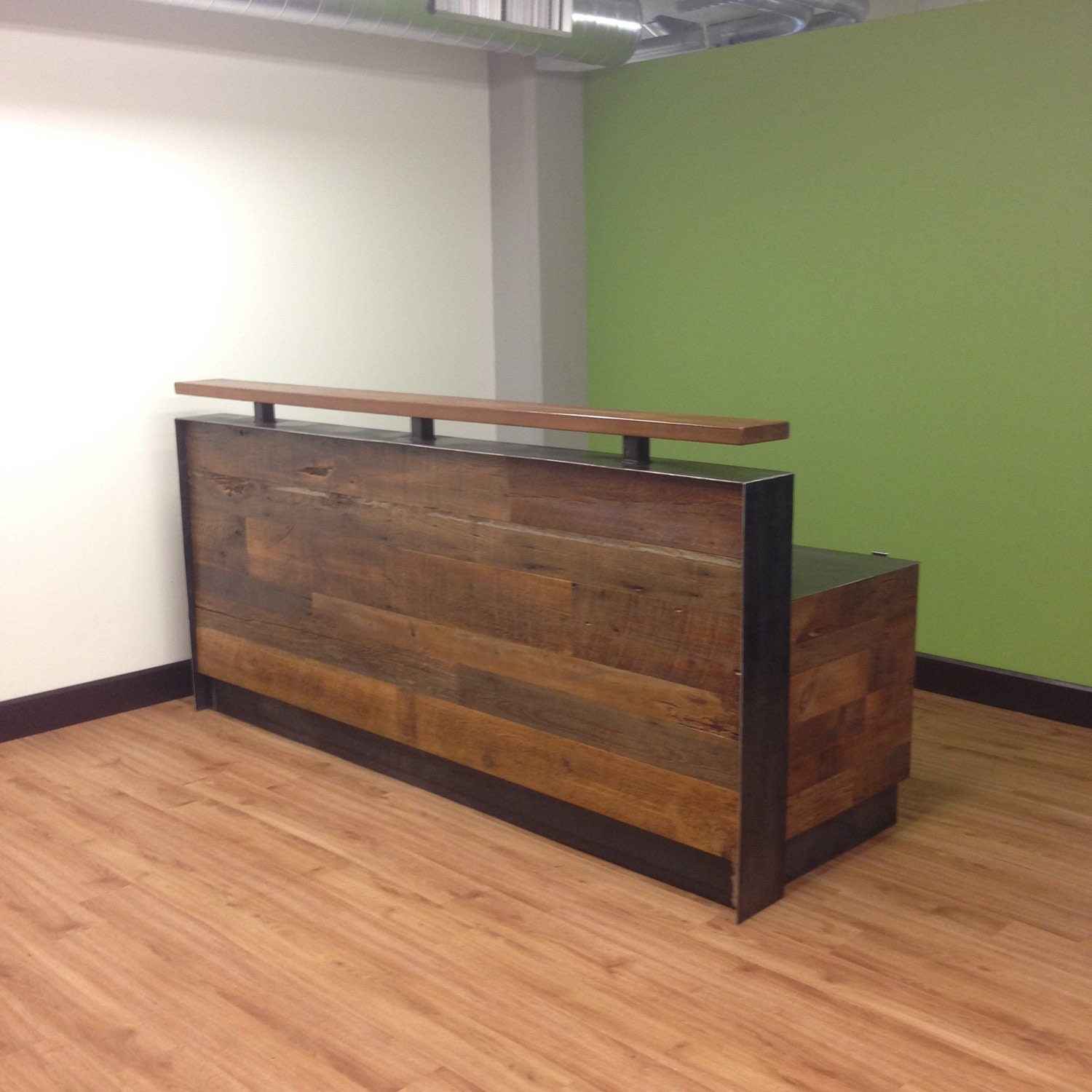 Reclaimed wood steel reception desk for Estilos de oficinas modernas