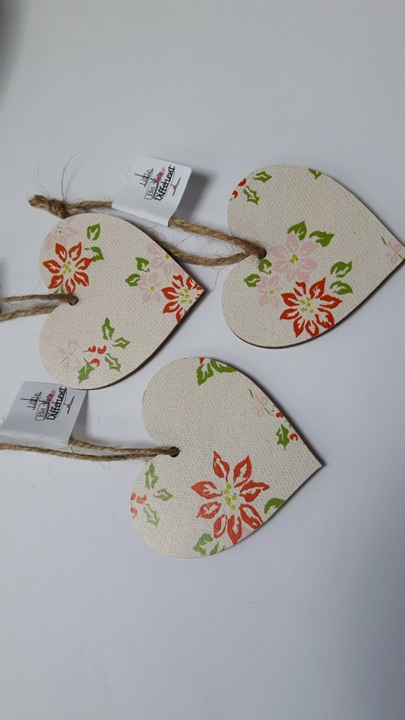 Christmas hanging heart featuring traditional pointsettia. 6.5cm