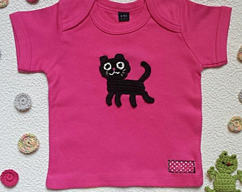 baby t-shirt customized with embroidered black cat in fuchsia cotton - short sleeves
