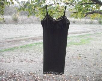 A Pretty 60s or 70s Vintage VANITY FAIR Black SLIP w Lace, 38 L