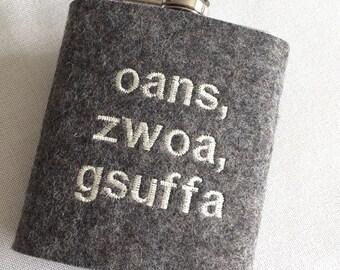 Hip flask with wool felt sheath oans, zwoa, gesuffa