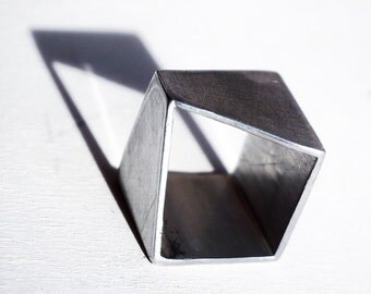 Slash ring. Cubic