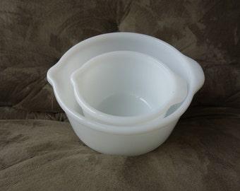 Set of Milk Glass Mixing Bowls / Grip Handle