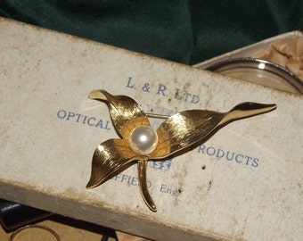Vintage Brooch Gold Tone Metal & Pearl Pin Costume Jewellery