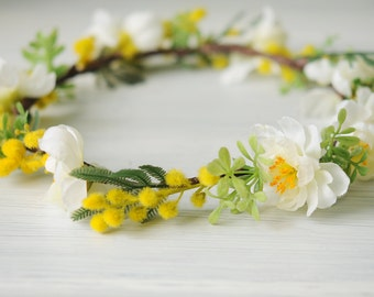 Crown of white, yellow and green flowers.