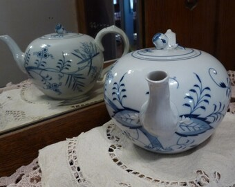 MEISSEN Germany - Blue Onion Pattern New Form shape - 32 ounce TEAPOT with Rose Bud Finial - Clean Crossed Swords