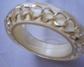 Lucite Bangle Embedded Chain Cream & Gold Perspex Chunky Vintage Bracelet