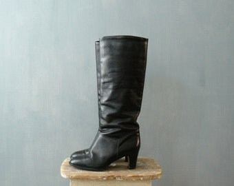 Vintage boots. 1970s leather boots. black knee length boots. Italian boots