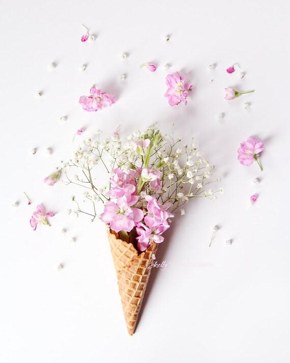 Imprimé Floral crème glacée cône nature morte Photo - fleur, fleurs roses de Stock en cône, décor de chambre d'enfant, rose blanche Art Floral, Floral Art mural