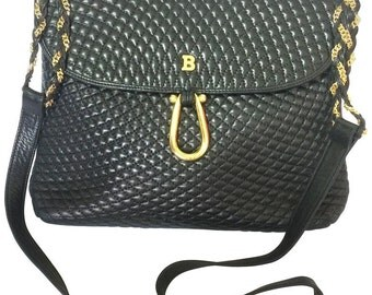 Vintage Bally classic black quilted leather shoulder bag with golden skinny chain combined straps and B logo motif.