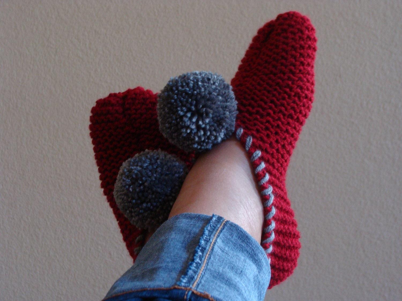 Knitting Slippers Patterns For Beginners : Pattern beginner knit pom slipper fits