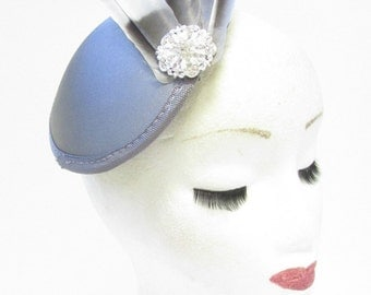 Silver Grey Feather Fascinator Headpiece Rhinestone Vintage 1940s 1920s Hat U56