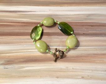 Green Glass Bead Bracelet, Green Stone Bracelet, Green Cats Eye Bracelet, Green Jewelry, Green Layering Bracelet, Chunky Green Bracelet