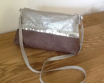 Shoulder bag in iridescent linen, suedette in taupe color and silvered spangles