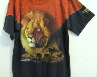 A Neat Vintage 90's 2-Tone Tee With LION Print By RAINFOREST CAFE.M