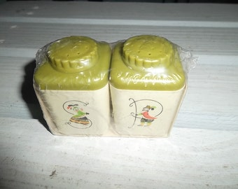"""Vintage Provincial Ware, Shaker Set, """"Table Size"""" Sterilite, Plastic, Olive Green Tops, and Cream Base, NOS in Original Packaging"""